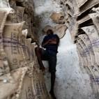 Un operaio riposa in un magazzino di cacao, al confine tra il Ghana e la Costa d'Avorio. (Thierry Gouegnon, Reuters/Contrasto)