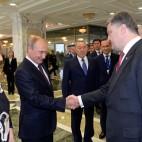 Il presidente russo Vladimir Putin e il presidente ucraino Petro Porošenko durante un vertice a Minsk, in Bielorussia. (Kazakh Presidential Office, Reuters/Contrasto)