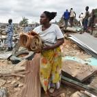 Abitanti del quartiere di Attécoubé, ad Abidjan in Costa d'Avorio, recuperano oggetti dalle loro case distrutte da una frana. (Issouf Sanogo, Afp)