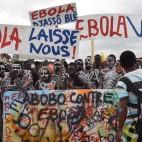 Una manifestazione di artisti contro la diffusione del virus dell'ebola ad Abidjan, in Costa d'Avorio. (Sia Kambou, Afp)