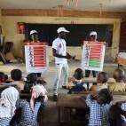 Una campagna di sensibilizzazione sul virus ebola in una scuola di Abidjan, in Costa d'Avorio. (Sia Kambou, Afp)