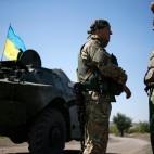 Soldati ucraini in una base vicino a Donetsk. (Gleb Garanich, Reuters/Contrasto)