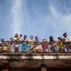 Alcuni spettatori assistono alla processione di Nostra signora della carità, protettrice di Cuba, all'Avana. (Alexandre Meneghini, Reuters/Contrasto)