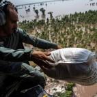 L'esercito lancia degli aiuti sulla città di Multan, in Pakistan, dopo le alluvioni in cui sono morte almeno 461 persone. (Zohra Bensemra, Reuters/Contrasto)