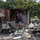 Un uomo porta via una bara da un'agenzia di pompe funebri distrutta dai bombardamenti a Donetsk, nell'est dell'Ucraina. (Marko Djurica, Reuters/Contrasto)