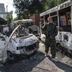 Un separatista filorusso dopo un bombardamento a Donetsk, in Ucraina. (Marko Djurica, Reuters/Contrasto)