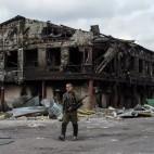 Un separatista filorusso accanto a una fabbrica colpita dai bombardamenti a 60 chilometri da Donetsk, in Ucraina. (Marko Djurica, Reuters/Contrasto)