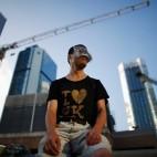 Un manifestante in una strada del distretto finanziario di Hong Kong, bloccata dalle proteste contro la Cina. (Carlos Barria, Reuters/Contrasto)