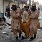 Sostenitori del partito pachistano Jamiat ulema-e-islam fazl trasportano un ferito dopo l'esplosione di una bomba, a Quetta. (Banaras Khan, Afp)