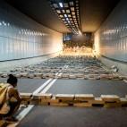 Un tunnel a Hong Kong bloccato con delle lastre in cemento dai manifestanti per la democrazia. (Alex Ogle, Afp)