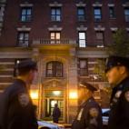 A New York, fuori dell'appartamento del medico statunitense Craig Spencer che è risultato positivo al test dell'ebola. (John Minchillo, Ap/Lapresse)