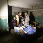 Alcune persone si nascondono nella cantina di una scuola dopo i recenti bombardamenti a Donetsk, in Ucraina. (Shamil Zhumatov, Reuters/Contrasto)