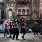 Le prove di una compagnia di danza in un vecchio teatro all'Avana, Cuba. (Alexandre Meneghini, Reuters/Contrasto)