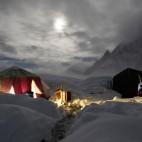 Scalatori sul massiccio del Karakorum, diretti verso la vetta del K2. (Wolfgang Rattay, Reuters/Contrasto)