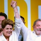 Dilma Rousseff festeggia con Luiz Inácio Lula da Silva la vittoria alle elezioni presidenziali in Brasile. (Ueslei Marcelino, Reuters/Contrasto)
