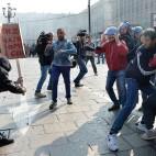 Gli scontri tra polizia e studenti durante le proteste contro il vertice europeo sul lavoro in piazza Castello, a Torino. (Alessandro Di Marco, Ansa)
